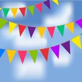 Partijvlaggen met blauwe hemel en witte wolken Royalty-vrije Stock Fotografie