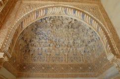 Partikeln av ett välvt rum färgade inom Alhambraen i Granada i Spanien Arkivfoto