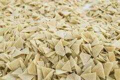 Partiklar för deg för snitt för hemlagade triangulära snittdegpartiklar gör hemlagade triangulära i ett turkiskt stilhem för plat Arkivbild