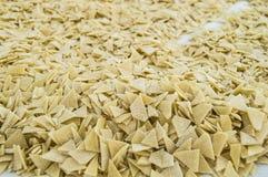 Partiklar för deg för snitt för hemlagade triangulära snittdegpartiklar gör hemlagade triangulära i ett turkiskt stilhem för plat Royaltyfria Bilder