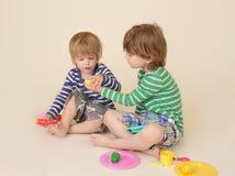 A partilha das crianças finge o alimento Foto de Stock Royalty Free