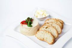 Partiplatta av den kortkortrostade bröd och hummusen Royaltyfri Bild
