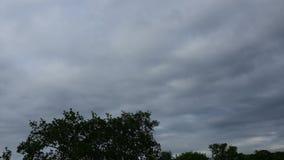 A partir de día a la cantidad hermosa de la acción del lapso de tiempo de la noche HD de las nubes que pasan sobre el cielo azul almacen de video
