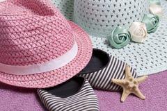 Partir en vacances sur la plage Chapeau pour la protection contre le soleil Espadrilles et étoiles de mer de plage Dans la perspe Photos stock