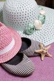 Partir en vacances sur la plage Chapeau pour la protection contre le soleil Espadrilles et étoiles de mer de plage Dans la perspe Photo stock