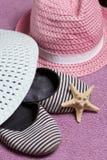 Partir en vacances sur la plage Chapeau pour la protection contre le soleil Espadrilles et étoiles de mer de plage Dans la perspe Photo libre de droits