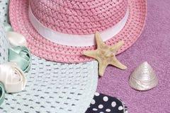 Partir en vacances sur la plage Chapeau pour la protection contre le soleil Espadrilles et coquillages de plage Dans la perspecti Images stock