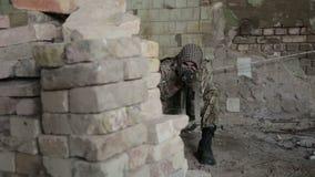 Partisan- krigareoperation för gerillasoldat i stads- miljö Soldat som siktar en fiende med hans vapen lager videofilmer