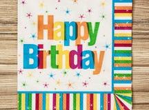 Partiservett med den lyckliga födelsedagen för titel Arkivbild