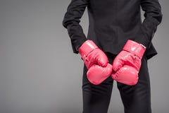 partisk sikt av affärskvinnan i rosa boxninghandskar, Royaltyfri Bild