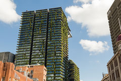 Partisk sikt av den vertikala hängande trädgården på en Central Parkbuil Royaltyfria Bilder