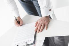 partisk sikt av det undertecknande avtalet för affärsman arkivfoton