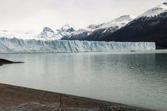 Partisk sikt av Peritoen Moreno Glacier på en vandring arkivbilder