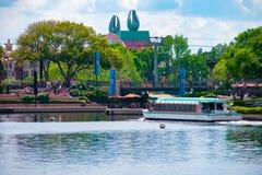 Partisk sikt av svanhotellet, taxifartygseglingen och folk som g?r p? strandpromenad p? Epcot i Walt Disney World fotografering för bildbyråer