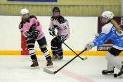 Partita del hockey su ghiaccio delle ragazze Fotografia Stock Libera da Diritti