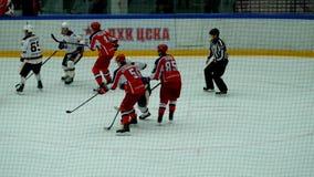 Partita dell'hockey nel palazzo del ghiaccio di Vityaz video d archivio