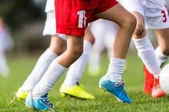 Partita di calcio dei giocatori dei bambini piccoli sul campo di calcio Fotografia Stock Libera da Diritti