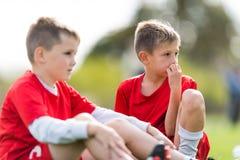 Partita di calcio dei giocatori dei bambini piccoli sul campo di calcio - wat dei ragazzi Immagine Stock Libera da Diritti
