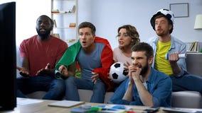 Partita di calcio di sorveglianza degli amici multietnici del Portogallo a casa, sostenendo gruppo immagine stock libera da diritti