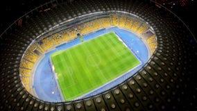 Partita di calcio sul grande campo dello stadio, vista aerea, campionato di sport sull'arena immagini stock libere da diritti