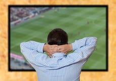 Partita di football americano di sorveglianza dell'uomo Fotografie Stock