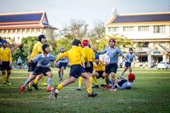 Partita di Mini Rugby con il giocatore dei ragazzi fotografia stock libera da diritti