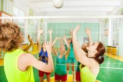 Partita di pallavolo nella palestra della scuola fotografie stock