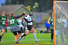Partita notturna del blocchetto del colpo delle ragazze di Lacrosse Fotografia Stock