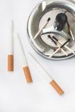 Partite bruciate nelle sigarette del filtrante e del portacenere Fotografia Stock