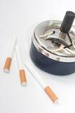 Partite bruciate nelle sigarette del filtrante e del portacenere Fotografie Stock Libere da Diritti