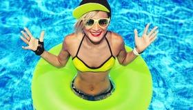 Partito caldo di estate della ragazza felice di modo nello stagno immagine stock
