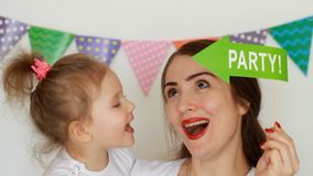 Partito Compleanno La madre tiene un bambino nelle sue armi, sorride e ride Ritratto di una fine della figlia e della giovane don stock footage