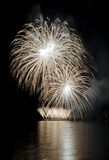 Partito con la manifestazione variopinta dei fuochi d'artificio Immagini Stock Libere da Diritti