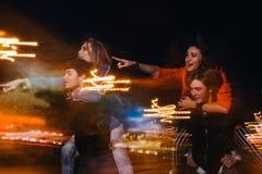 Partito dei giovani in città Coppia l'amicizia Fotografie Stock Libere da Diritti