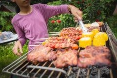 Partito del barbecue di vacanza di festa della famiglia immagini stock libere da diritti