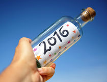 Partito del nuovo anno, bottiglia con il messaggio sulla mano, 2016 Fotografia Stock Libera da Diritti
