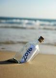 2016, partito del nuovo anno, bottiglia con il messaggio sulla spiaggia Fotografia Stock Libera da Diritti