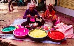 Partito della pittura di Holi di vendita degli adulti per il festival in India fotografie stock libere da diritti