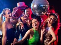 Partito di ballo con la gente del gruppo che ballano e la palla della discoteca Immagini Stock Libere da Diritti