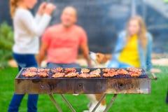 Partito di cena, bbq sul cortile posteriore Momenti felici della famiglia fotografie stock libere da diritti
