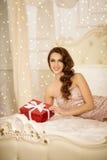 Partito di Christmans, donna di vacanze invernali con il contenitore di regalo Nuovo anno Fotografie Stock Libere da Diritti