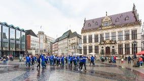 Partito di dancing sul quadrato del mercato di Brema in pioggia fotografia stock