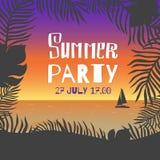 Partito di estate Foglie del manifesto di vettore delle palme e fiori tropicali su un fondo della riva di mare durante il tramont Immagini Stock