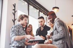 Partito di evento di celebrazione del caffè di affari della pausa caffè Concetto di 'brainstorming' di lavoro di squadra immagini stock