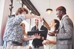 Partito di evento di celebrazione del caffè di affari della pausa caffè Concetto di 'brainstorming' di lavoro di squadra fotografie stock