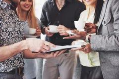 Partito di evento di celebrazione del caffè di affari della pausa caffè Concetto di 'brainstorming' di lavoro di squadra fotografia stock libera da diritti