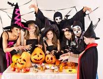 Partito di Halloween con i bambini che tengono scherzetto o dolcetto. Immagine Stock Libera da Diritti