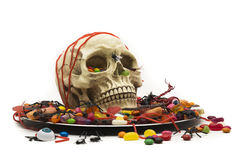 Partito di Halloween con il piatto del cranio della caramella di scherzetto o dolcetto Immagini Stock