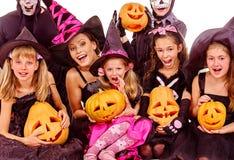 Partito di Halloween con la scultura della tenuta del bambino del gruppo Immagini Stock