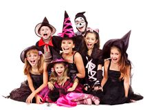 Partito di Halloween con la tenuta del bambino del gruppo che scolpisce zucca. Fotografia Stock